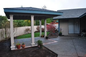 Freestanding roof structure with cantilever corner